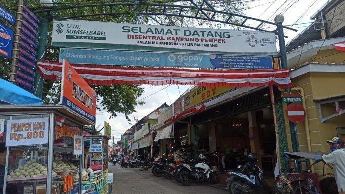 Deretan pempek di Jalan Mujahiddin, Palembang