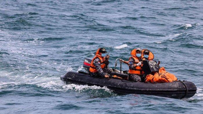 Prajurit TNI AL memindahkan kantong berisi temuan puing ke KRI Tenggiri-865 saat pencarian korban dan puing pesawat Sriwijaya Air SJ 182 di perairan Kepulauan Seribu, Jakarta, Selasa (12/1/2021). Pada hari keempat pencarian tim SAR menambah satu kapal untuk memperkuat operasi pencarian korban, puing, dan kotak hitam pesawat Sriwijaya Air SJ182 menjadi 54 kapal.