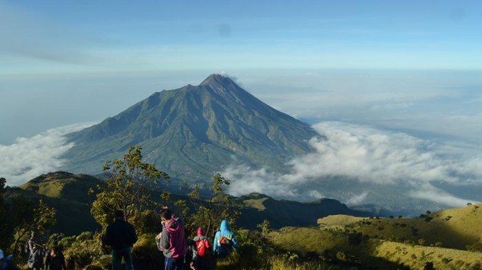 Pendaki Gunung Merbabu dari jalur Gancik Boyolali akan menyaksikan pemandangan keindahan Gunung Merapi, Sabtu (29/7/2017).