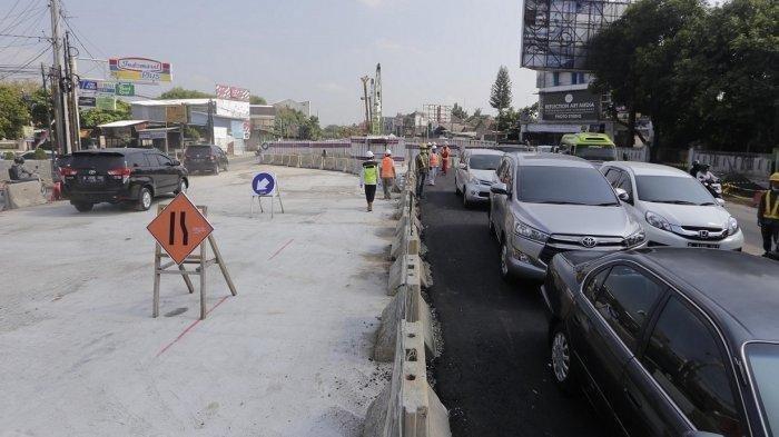 Pengguna jalan melintasi kawasan proyek underpass yang dibuka untuk sementara waktu di simpang empat Kentungan, Sleman, DI Yogyakarta, Rabu (29/5/2019). Selama masa arus mudik dan balik Lebaran, sebagian kawasan proyek underpass dibuka untuk mengurangi kepadataan lalu lintas.