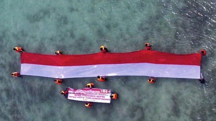 Bendera Merah Putih Dikibarkan di Tengah Laut Kepulauan Riau yang Punya Pemandangan Menakjubkan