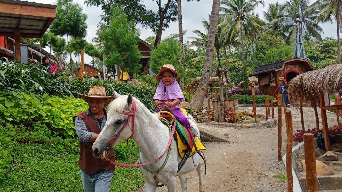 Pengunjung di Naik Kuda di Cimory on the Valley