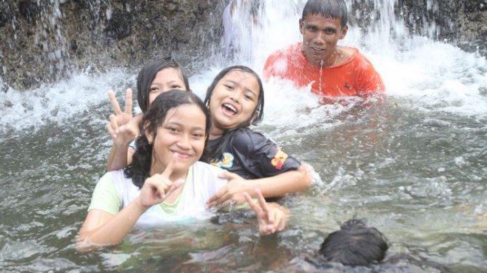 Intip Keseruan Mandi di Bawah Air Terjun Rayap yang Jadi Objek Wisata Populer di Aceh