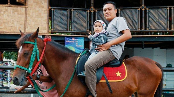 Pengunjung yang ajak anak berkuda di Biestro Indonesia Cafe
