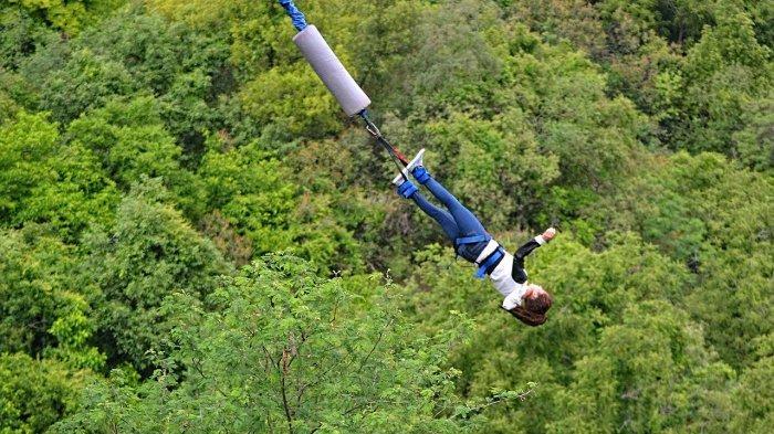 Pengunjung yang mencoba bungee jumping