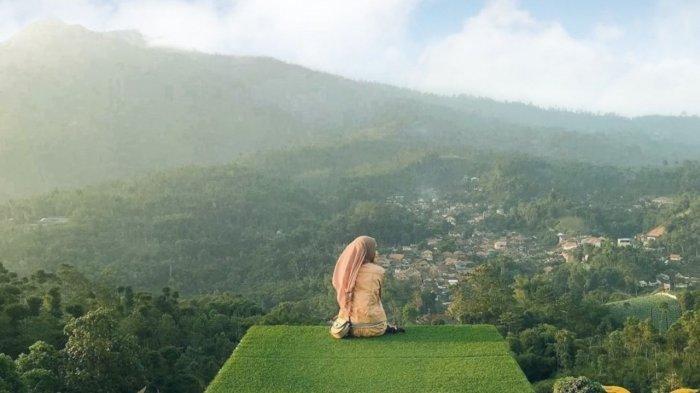 Pengunjung yang menyaksikan keindahan alam dari Cicalengka Dreamland