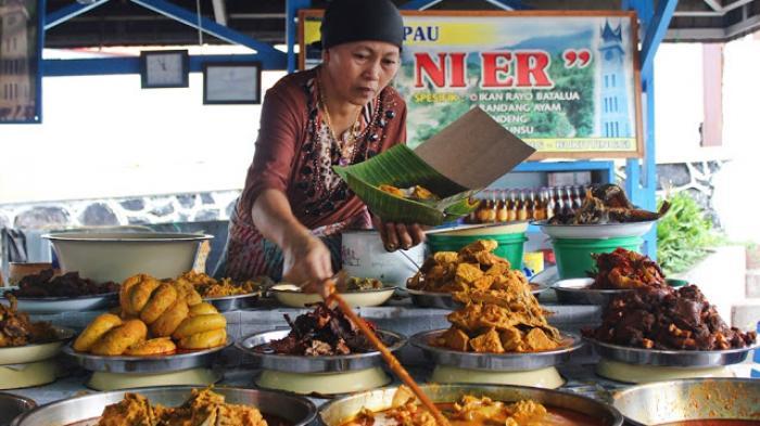 Mengenal Nasi Kapau, Hidangan Khas Minang yang Sering Dijajakan dengan Meja Bertingkat