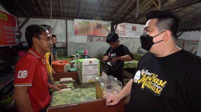 Nex Carlos saat berbincang dengan penjual di Pecel Lele Bagelen