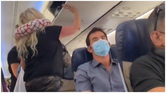 Penumpang dikeluarkan dari pesawat