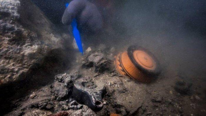 Penyelam di lokasi reruntuhan di kota Thônis-Heracleion yang tenggelam.