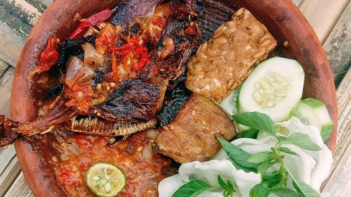 Penyetan ikan togek asap di Gubuk Candi Laras, Kabupaten Lamongan, Jawa Timur, Rabu (18/8/21).