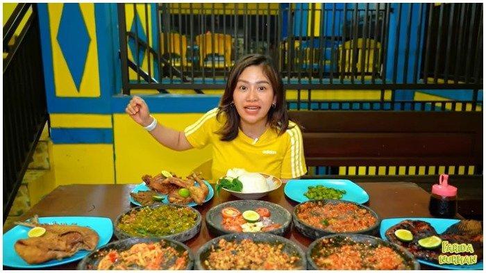 Farida Nurhan mencicipi menu yang ada di Penyetan Padin