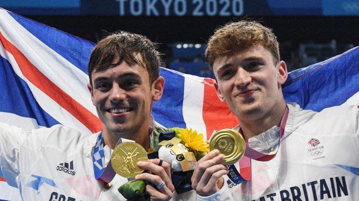 Peraih medali emas Peraih medali emas Thomas Daley (kiri) dari Inggris dan Matty Lee dari Inggris berpose dengan medali mereka setelah memenangkan final nomor loncatan platform 10m putra selama Olimpiade Tokyo 2020 di Tokyo Aquatics Center di Tokyo pada 26 Juli 2021