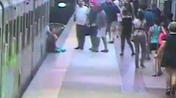 Ngeri! Wanita Ini Terjepit Pintu Kereta dan Terseret Sepanjang Peron, Selanjutnya Bikin Menjerit