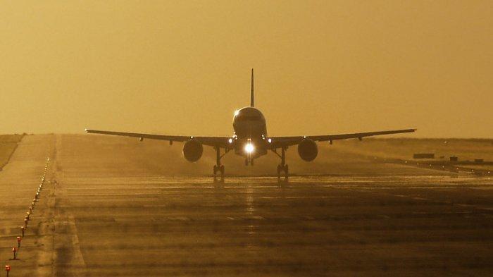 Ilustrasi - Pesawat terbang di landasan pacu.