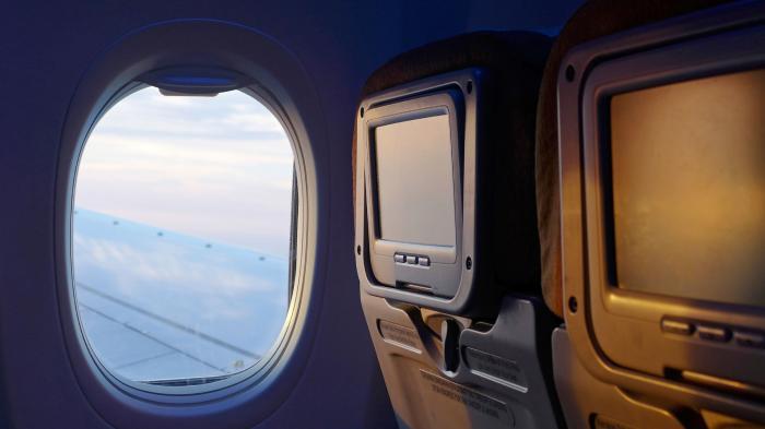 Emosi Karena Putus, Penumpang Wanita Ini Pukul Jendela Pesawat hingga Retak