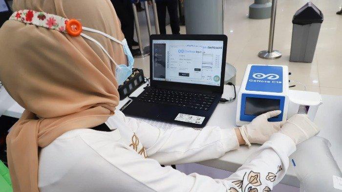 Petugas stasiun sedang melalukan pemeriksaan terhadap sampel udara pelanggan yang sudah melakukan GeNose C19 tes.