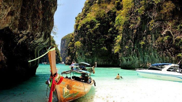 Phuket, Thailand akan bebaskan karantina bagi wisatawan yang sudah divaksinasi.