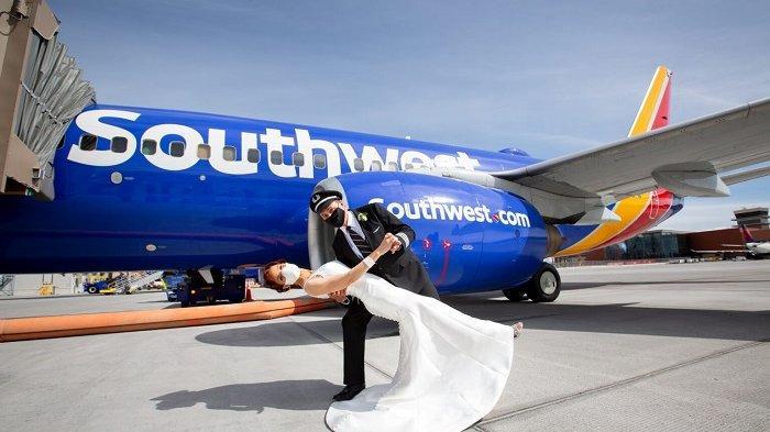 Unik, Pilot Ini Melangsungkan Pernikahan pada Ketinggian 33.000 Kaki