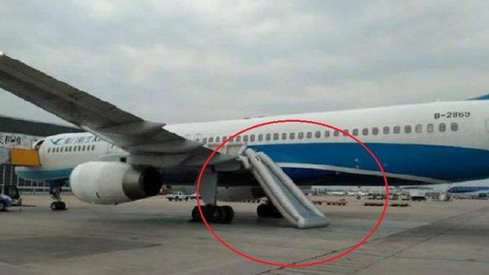 Pintu darurat dan perosotan pesawat.