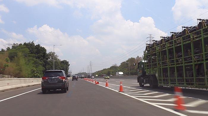 Pintu keluar jalan tol layang Jakarta - Cikampek berada di sisi kiri jalan Tol Jakarta - Cikampek 1. Kendaraan yang turun dari jalan tol layang akan kerap bertemu dengan truk-truk besar yang berjalan di lajur kiri jalan tol Jakarta - Cikampek yang lama.