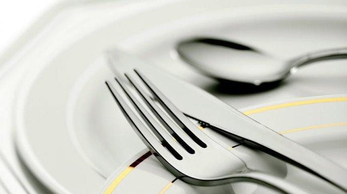 Piring dan peralatan dapur di meja makan