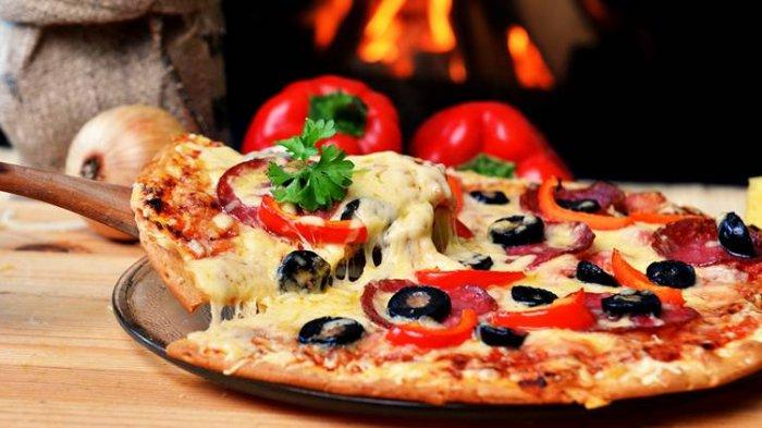 Diduga Kelaparan Saat Beraksi, Pencuri Ini Tertangkap Kamera Sedang Buat Pizza di dalam Restoran