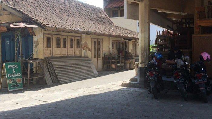 Plang penanda bertuliskan Nasi Pecel Sor Asem di belakang Pasar Triwindu, Rabu (13/10/2021).