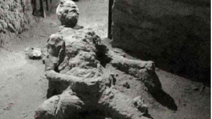 Foto seorang korban letusan Vesuvius di Pompeii yang menjadi viral di internet