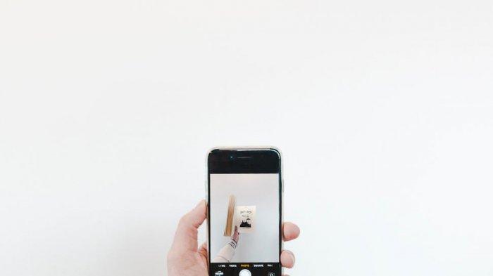 Ilustrasi foto dengan ponsel
