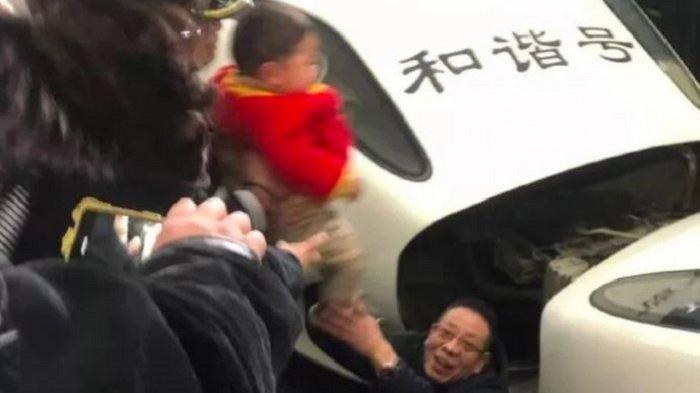 Sang Ibu Sibuk Merekam Perjalanan, Bocah 3 Tahun di China Jatuh ke Jalur Lintasan Kereta Api