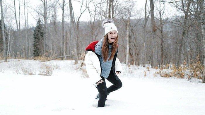Liburan Artis - Liburan ke Jepang, Luna Maya Nikmati Momen Pertama Kali Snowboarding