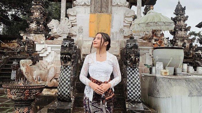 Liburan Artis - Potret Liburan Prilly Latuconsina di Bali, Tampil Memesona dengan Kebaya