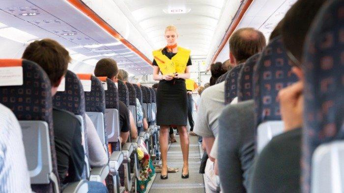 Pramugari mencontohkan pemakaian jaket pelampung di pesawat