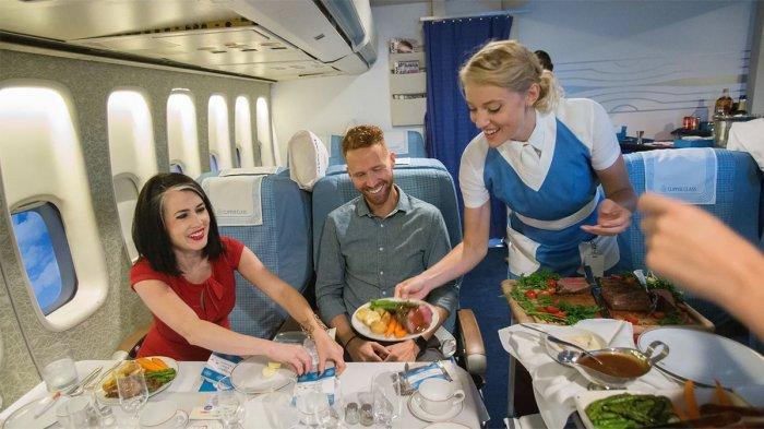 pramugari Pan Am tidak hanya menyajikan makanan, tetapi juga harus bisa masak di pesawat.