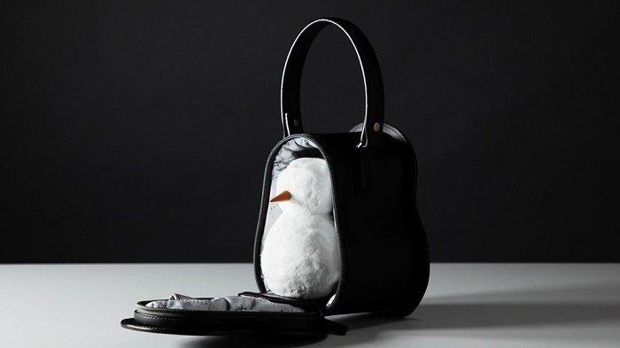Brand Fashion Asal Jepang Ini Ciptakan Tas Khusus untuk Bawa Boneka Salju, Seperti Apa?