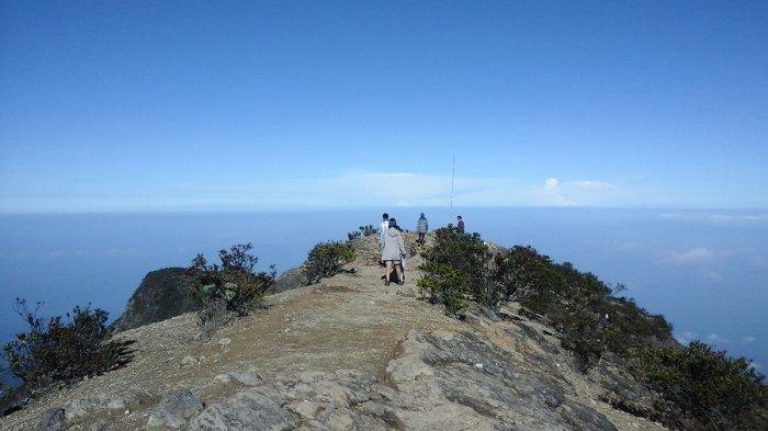Puncak Gunung Lawu di Kabupaten Karanganyar dan Magetan.
