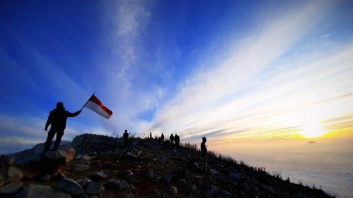 Pemandangan Puncak Gunung Sindoro