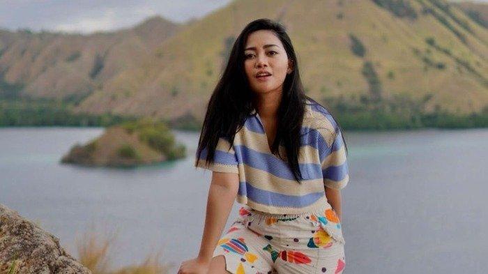 Usai Liburan Bareng Salim Nauderer, Rachel Vennya Unggah Foto dengan Okin saat Ambil Rapor Xabiru