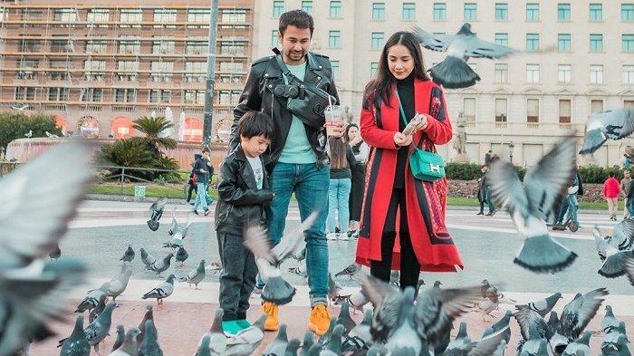 Liburan Artis - Raffi Ahmad Nikmati Liburan ke Barcelona, Dagang Es Cendol hingga Beri Makan Burung