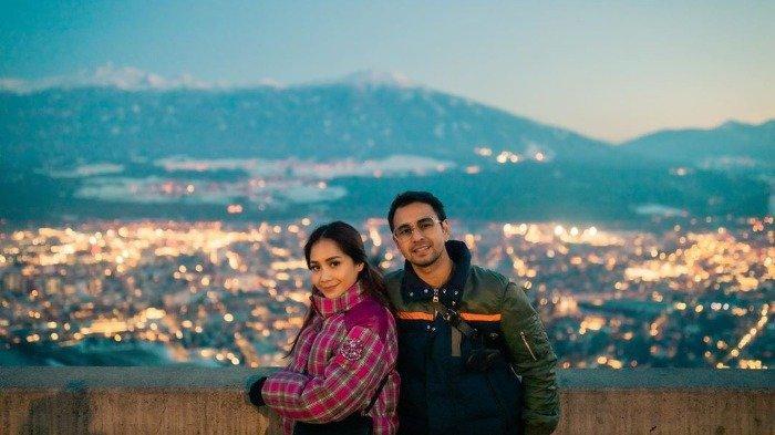 Liburan Artis - Foto-foto Raffi Ahmad dan Nagita Slavina Nikmati Sunset di Atas Awan