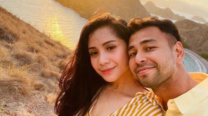 Liburan Artis - Pose Mesra Raffi Ahmad dan Nagita Slavina Nikmati Sunset di Pulau Padar Labuan Bajo