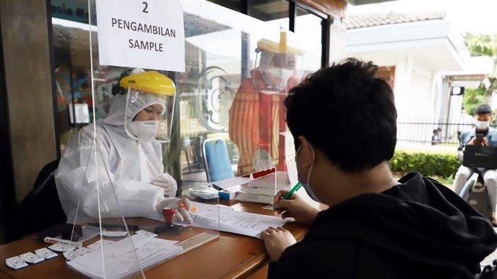 Penumpang yang mendaftar layanan Rapid Test Antigen di stasiun.