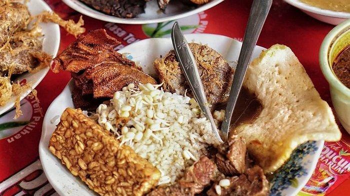 Rawon Kalkulator, rekomendasi kuliner enak di Surabaya yang cocok untuk makan malam.