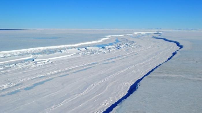 Rekahan lapisan es di Antartika