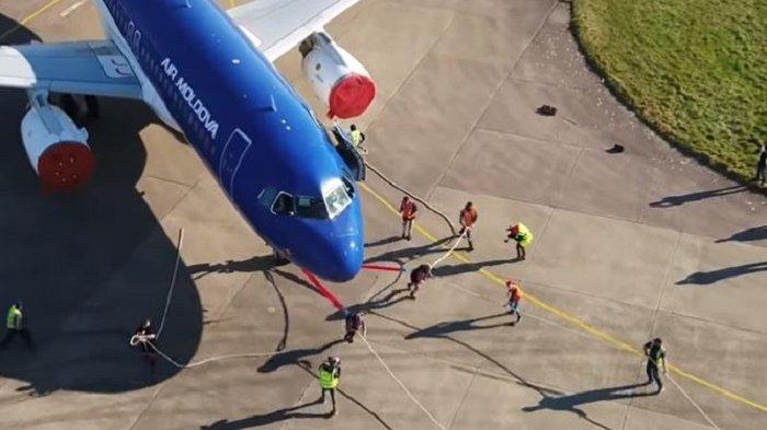 Pecahkan Rekor, Dua Wanita Ini Berhasil Menarik Pesawat Airbus A320 Sejauh 20 Meter