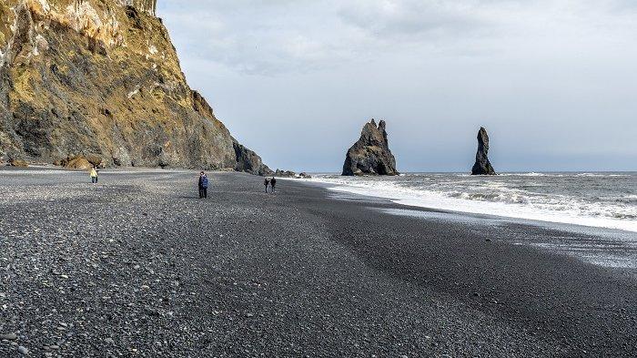 Mengenal Reynisfjara, Pantai Berpasir Hitam di Islandia yang Menakjubkan