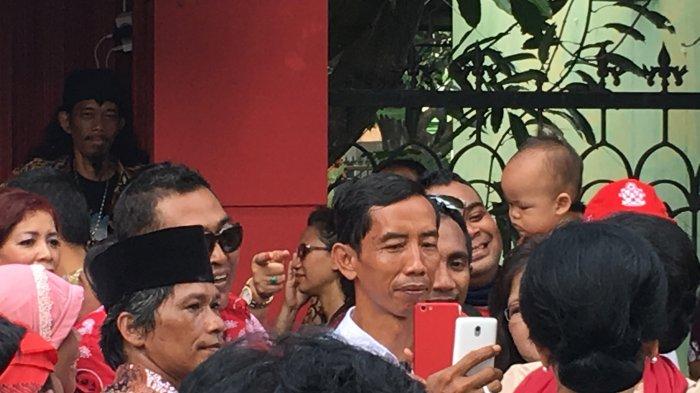 Punya Wajah Mirip Jokowi, Pria Ini Sukses Gegerkan Relawan di Depan Graha Saba Buana