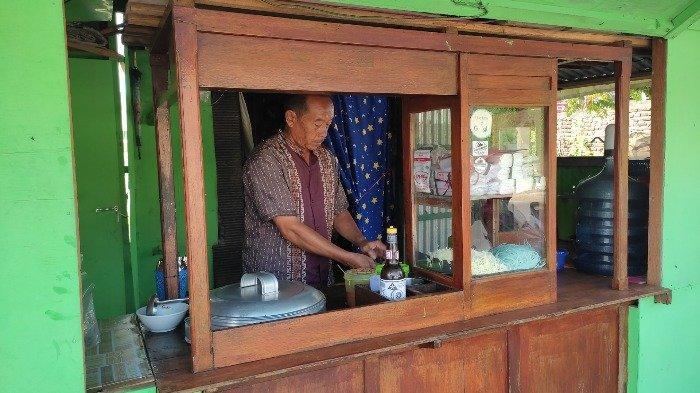 Rianto, pemilik Bakso Mak Mi Gresik sedang menyiapkan bakso untuk para pelanggan.