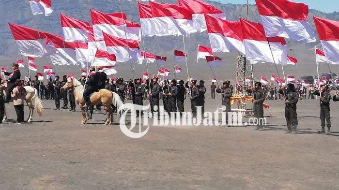 Tak Hanya Bendera Raksasa, Ribuan Bendera Merah Putih Juga Ditancapkan di Area Gunung Bromo